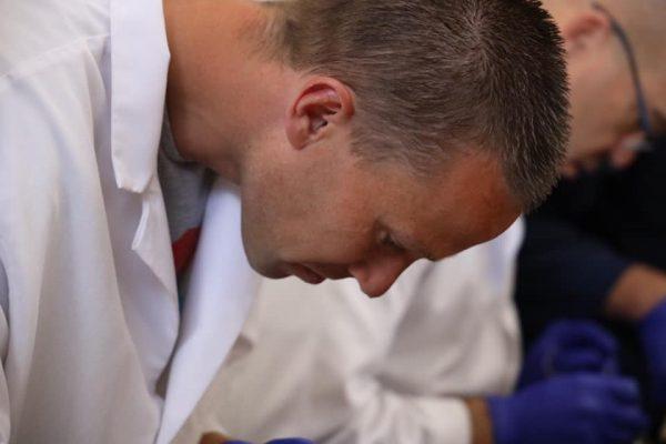 Herman Leidekkers tijdens de anatomie cursus in Colorado Springs